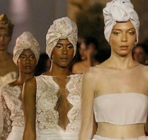 Pilar Sáinz presenta una propuesta llena de espíritu caribeño mezclado con la estética elegante y atemporal que siempre han caracterizado sus diseños. Blacklabelblog